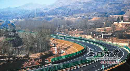 康临高速公路成河州大地一道亮丽的风景